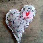 Herz gefüllt mit Rosenblättern oder Lavendelblüten